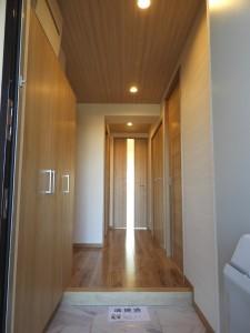 玄関入口から廊下